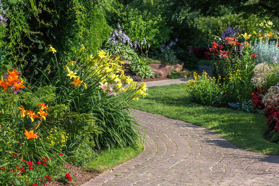 6 easy landscaping tips for home sellers for Easy low maintenance landscaping